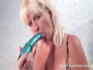 older  bitch pleasures cunt with vibrator